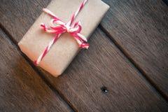 在木背景的礼物盒 免版税库存图片