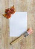 在木背景的秋叶与拷贝空间 免版税库存照片