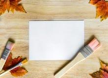 在木背景的秋叶与拷贝空间 库存照片