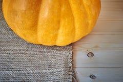在木背景的秋天南瓜在一个土气样式 免版税库存图片