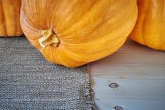 在木背景的秋天南瓜在一个土气样式 免版税库存照片