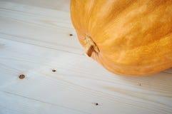 在木背景的秋天南瓜在一个土气样式 库存照片