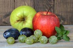 在木背景的秋天果子 库存照片