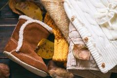 在木背景的秋天衣裳 免版税库存照片