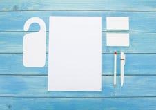在木背景的空白的文具 包括名片、A4信头、笔和铅笔 免版税图库摄影