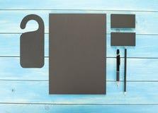 在木背景的空白的文具 包括名片、A4信头、笔和铅笔 库存图片