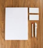 在木背景的空白的文具 包括名片 图库摄影