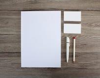 在木背景的空白的文具 包括名片 免版税库存图片