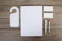 在木背景的空白的文具 包括名片 免版税图库摄影