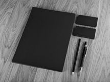 在木背景的空白的文具 包括名片 免版税库存照片