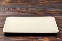 在木背景的空白的长方形板材 顶视图 库存图片