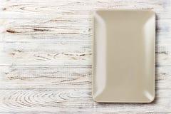 在木背景的空白的长方形板材 顶视图 免版税库存图片