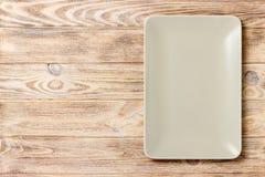 在木背景的空白的长方形板材 顶视图 免版税库存照片