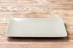 在木背景的空白的长方形板材 顶视图 库存照片