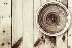 在木背景的空的地球口气板材 与拷贝的顶视图 免版税库存图片