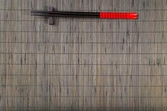 在木背景的筷子 免版税库存照片