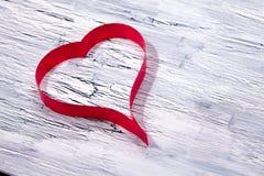 在木背景的红色丝带重点 图库摄影