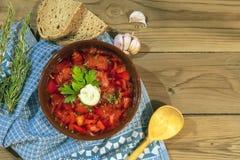 在木背景的红色传统汤罗宋汤 免版税图库摄影