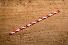 在木背景的红色吸管 免版税库存照片