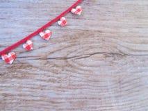 在木背景的红色和白色心脏 图库摄影