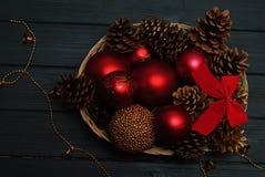 在木背景的红色和金黄圣诞节装饰 库存照片