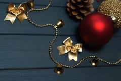 在木背景的红色和金黄圣诞节装饰 免版税库存图片