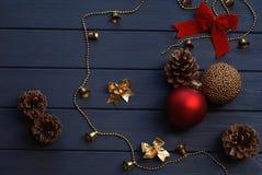 在木背景的红色和金黄圣诞节装饰 库存图片