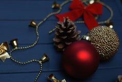 在木背景的红色和金黄圣诞节装饰 免版税库存照片