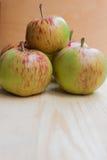 在木背景的红色和绿色苹果 库存图片