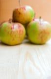 在木背景的红色和绿色苹果 免版税库存图片