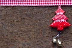 在木背景的红色圣诞树 库存图片