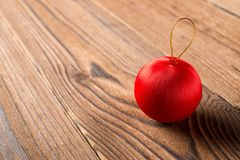 在木背景的红色圣诞节球 免版税库存图片