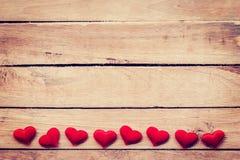 在木背景的红色心脏与空间 被定调子的葡萄酒 库存照片