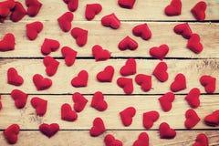 在木背景的红色心脏与被定调子的葡萄酒 图库摄影