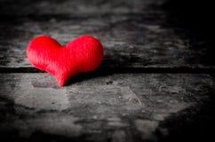 在木背景的红色心脏在木空白,情人节之间 库存照片