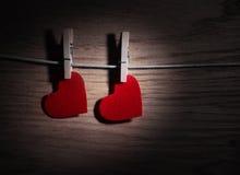 在木背景的红色心脏纸 图象在情人节 免版税库存图片