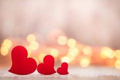 在木背景的红色心脏 免版税库存图片