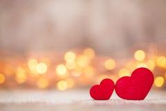 在木背景的红色心脏 免版税图库摄影