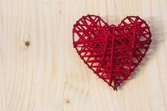 在木头的红色心脏 图库摄影