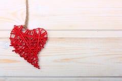 在木背景的红色心脏 免版税库存照片