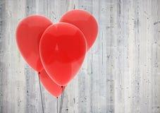 在木背景的红色气球心脏 库存照片