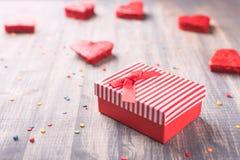 在木背景的红色礼物盒 库存图片
