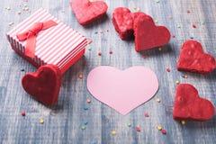 在木背景的红色礼物盒 免版税库存照片