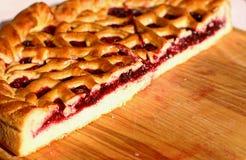 在木背景的红色莓果饼 图库摄影