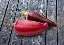 在木背景的红色辣椒粉胡椒 库存图片
