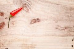 在木背景的红色chillipepper 库存照片