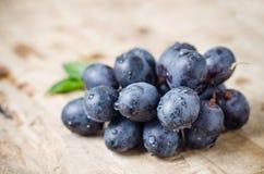在木背景的红葡萄 免版税库存照片