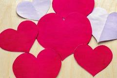在木背景的纸心脏 日s华伦泰 爱的符号 免版税库存图片