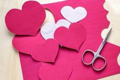 在木背景的纸心脏 日s华伦泰 爱的符号 库存图片