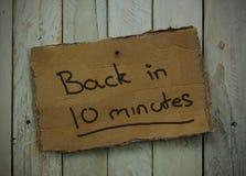 在木背景的纸板标志 免版税库存照片